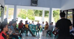 Para petani muda serius menyimak pemaparan dari pemateri dalam acara pelatihan penulisan populer yang dihelat pemerintah desa Kalensari, Indramayu dan Gerakan Petani Nusantara (dok. gerakan petani nusantara/dedi siswoyo)